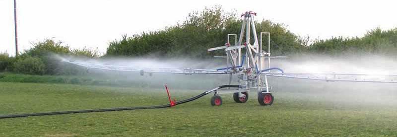 двухконсольный дождеобразовательный агрегат RM Falkon 50 в процессе полива