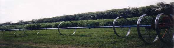 фрагмент дождевальной машины «Ока» в процессе межпозиционного перемещения