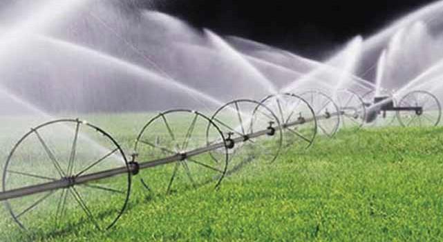 фрагмент дождевальной машины «Ока» в процессе полива
