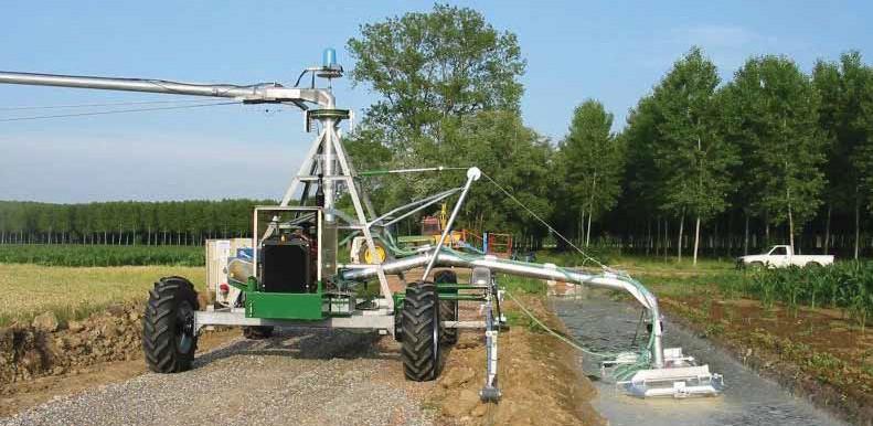 «головная» часть фронтально перемещающейся дождевальной машины «Отек» с забором поливной воды из оросительного канала