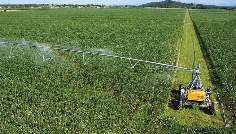 вид дождевальной машины компании Otech с забором воды из закрытой сети
