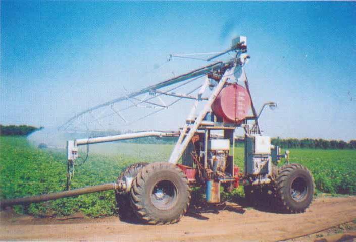 Вид главной опорно-ходовой тележки и водопроводящего трубопровода дождевальной машины «Ладога» сбоку