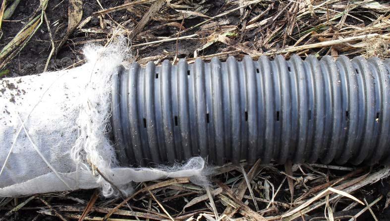 Гофрированная пластмассовая труба с фильтрующим защитным материалом