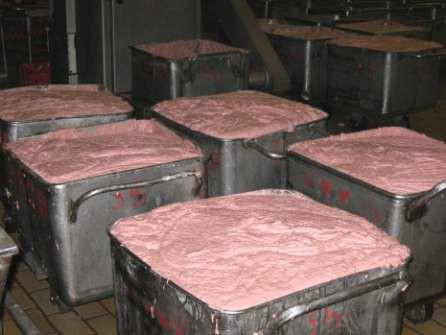 Колбасный фарш готов к подаче в формовочный шприц