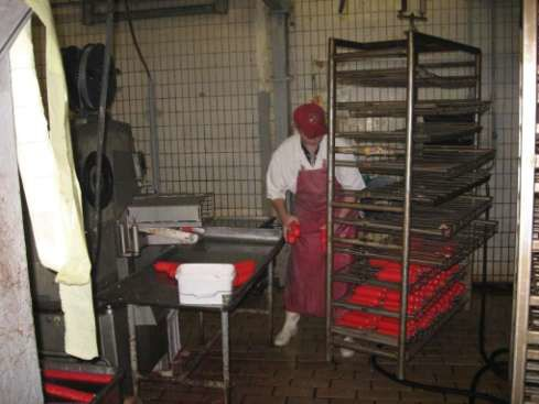 Укладка на рамы колбасных батонов