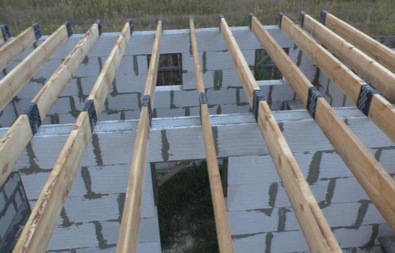 Установка деревянных балок с гидроизоляцией опорных участков