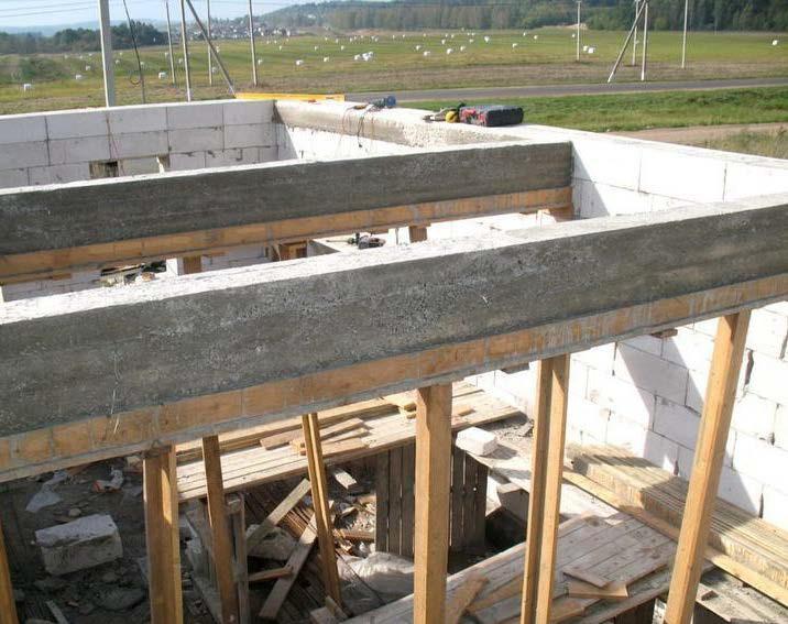 Устройство железобетонных балок перекрытия на месте строительства