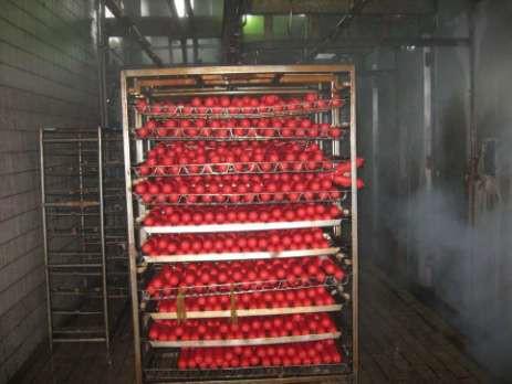 Вареные колбасные изделия перед загрузкой термодымовую камеру
