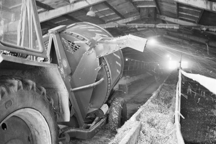 процесс измельчения рулона грубых кормов ИРК-145