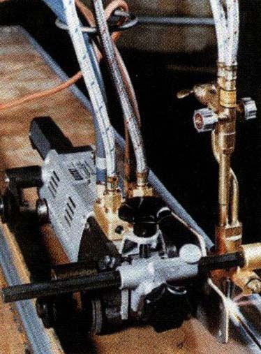 Автоматическая прямолинейная резка с боковыми направляющими роликами на угловых профилях