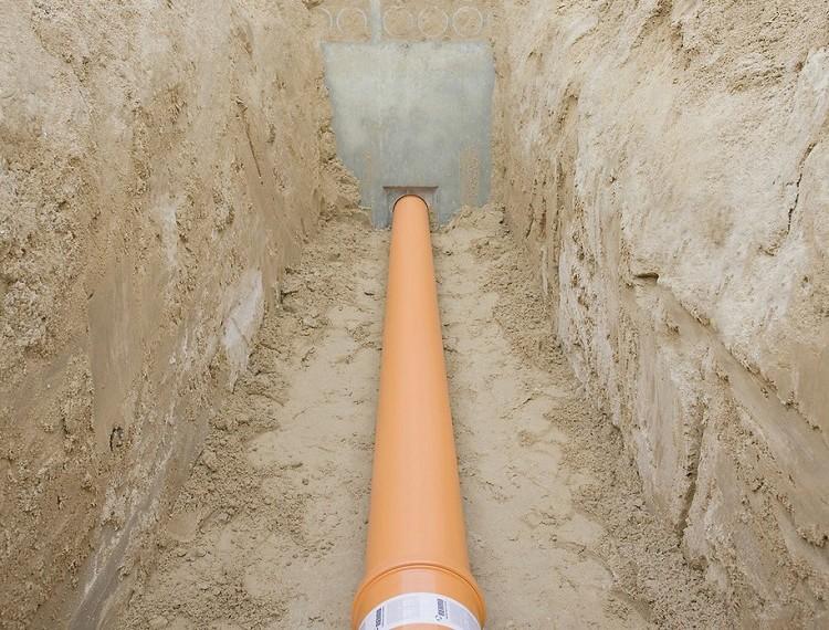 Укладка канализационной полипропиленовой трубы в траншее